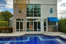 Vista de la casa desde la piscina; está totalmente comunicada de manera que todos los invitados siempre están integrados