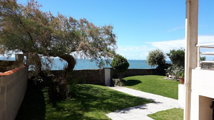 Maison vue mer, accès direct plage.
