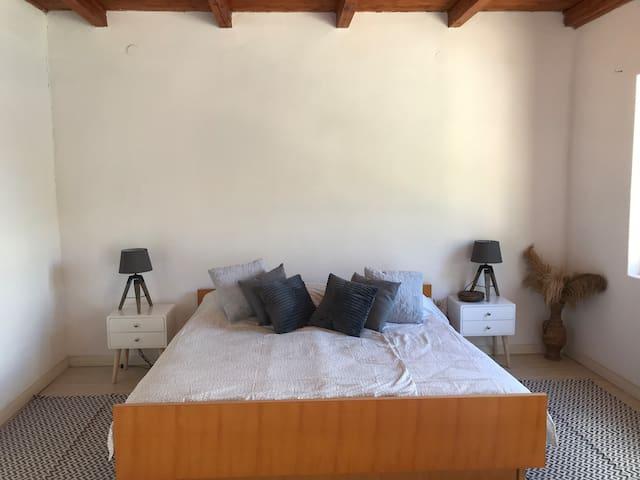 Grande chambre lit king size avec balcon vue mer