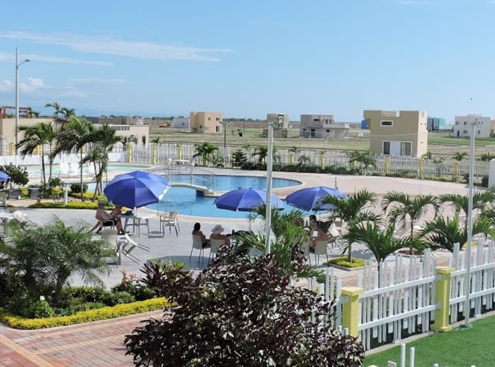 Perfect vacation - 3 bedroom walking to beach
