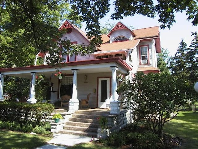 Victorian with 4 master suites, walk to Lake Erie - Port Clinton - Casa