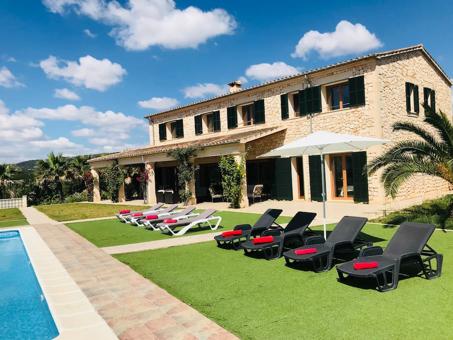 La villa posee piscina de 7x11 mts.  con hamacas, sombrillas,  ducha exterior para disfrutar del sol . El solárium combina césped artificial y césped natural .