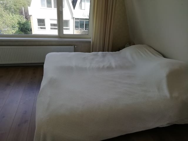 Spacious bedroom, near centre of Amsterdam