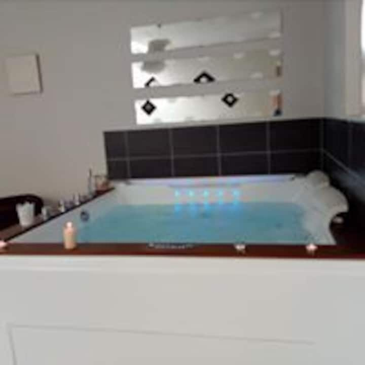 gîte romantique avec baignoire jacuzzi privative