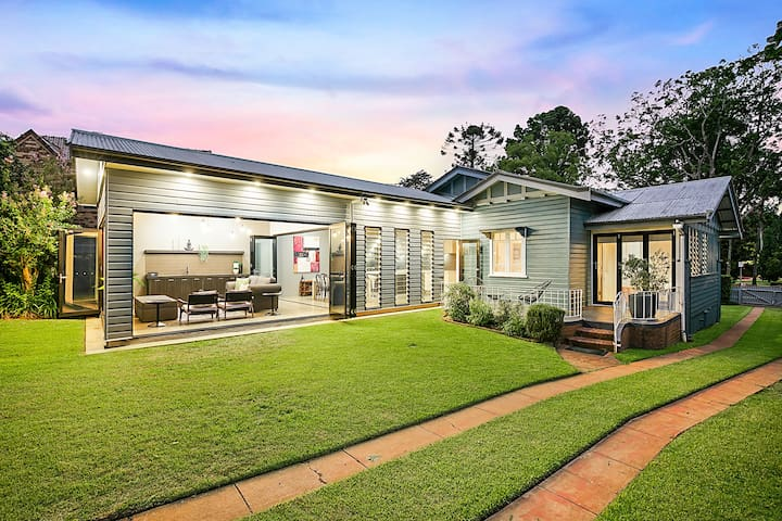 Elegant & Spacious ArtDeco Home in East Toowoomba