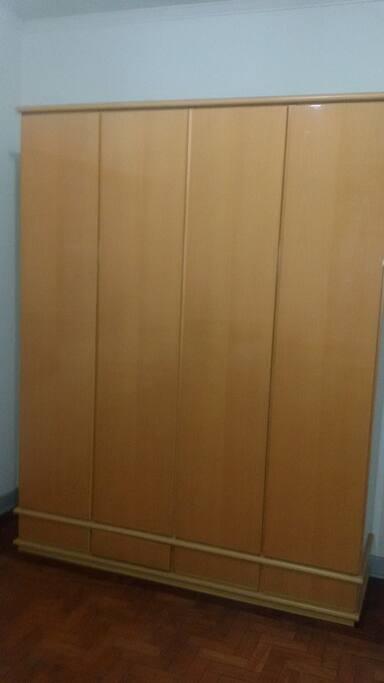 armário no dormitorio