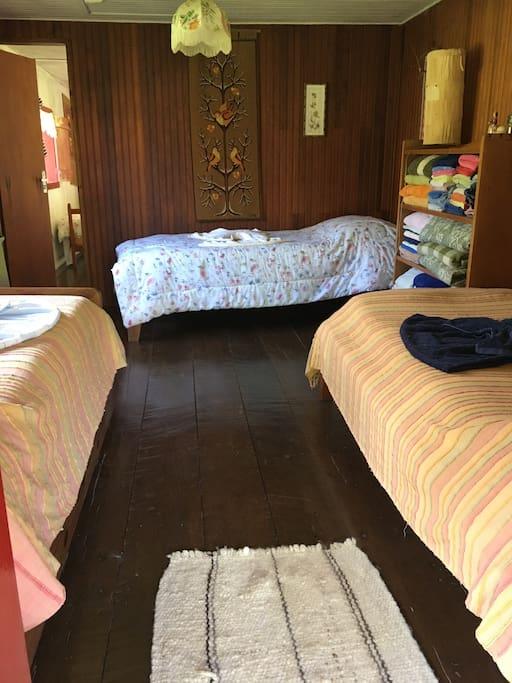 Quarto 1 com três camas.