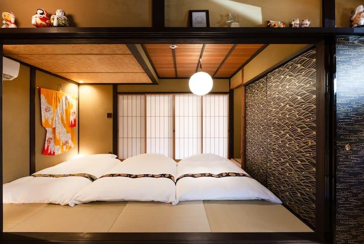Tatami room can sleep up to 4 people on Japanese style mattress(Futon). 一楼榻榻米房间最多可铺4个一米宽日式床垫。
