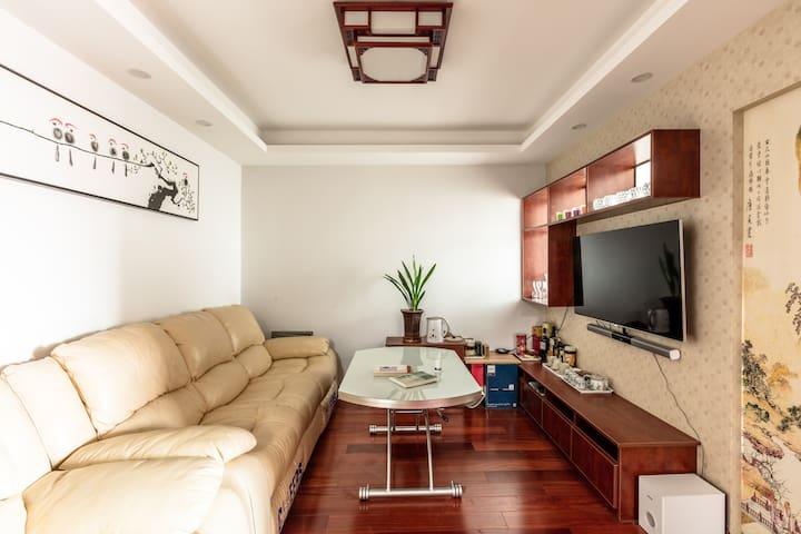 客厅诗情画意,还有芝华士沙发、大电视和音响