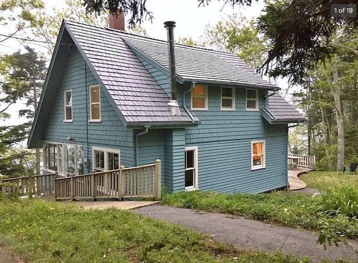 Stylish & Peaceful Designer's Oceanfront Cottage