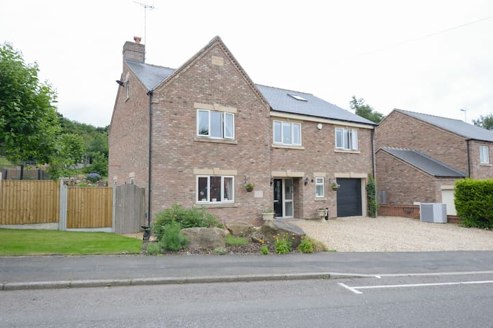 Spacious 7-bedroom home with bbq and pool table