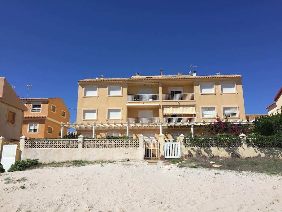 Vistas del edificio al completo, seis viviendas, sobre la arena de la playa; la que alquilamos 2º a la derecha.