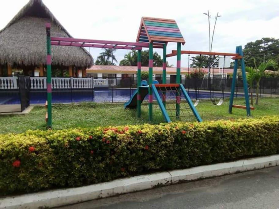 piscina y zonas de juegos