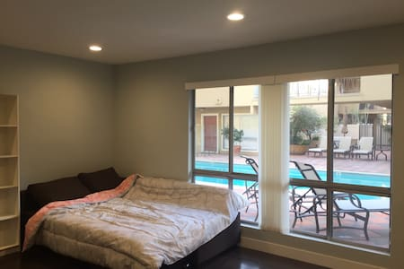 room divided $39 - West Hollywood - Huoneisto