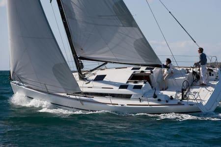 Sleep/Sail on a 36' Yacht in Mystic - Stonington