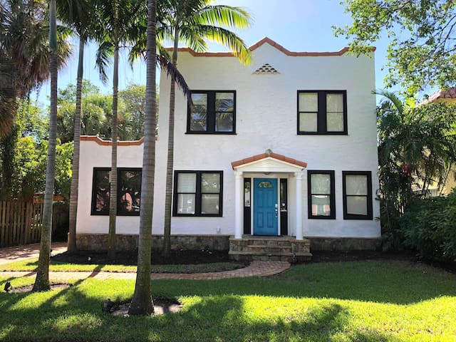 Enjoy your vacation in a charming historic 4 bdrm paradise minutes from Palm Beach and downtown West Palm beach, close to the beach, restaurants, shopping, yacht club & marina, and golf courses.