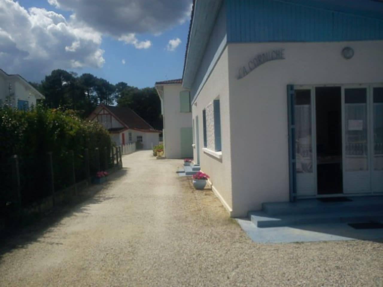 Appartement côté Sud (deuxième partie de la maison face au lac)- avec les deux marches peintes en bleu  -entrée entre les deux pots de fleurs-