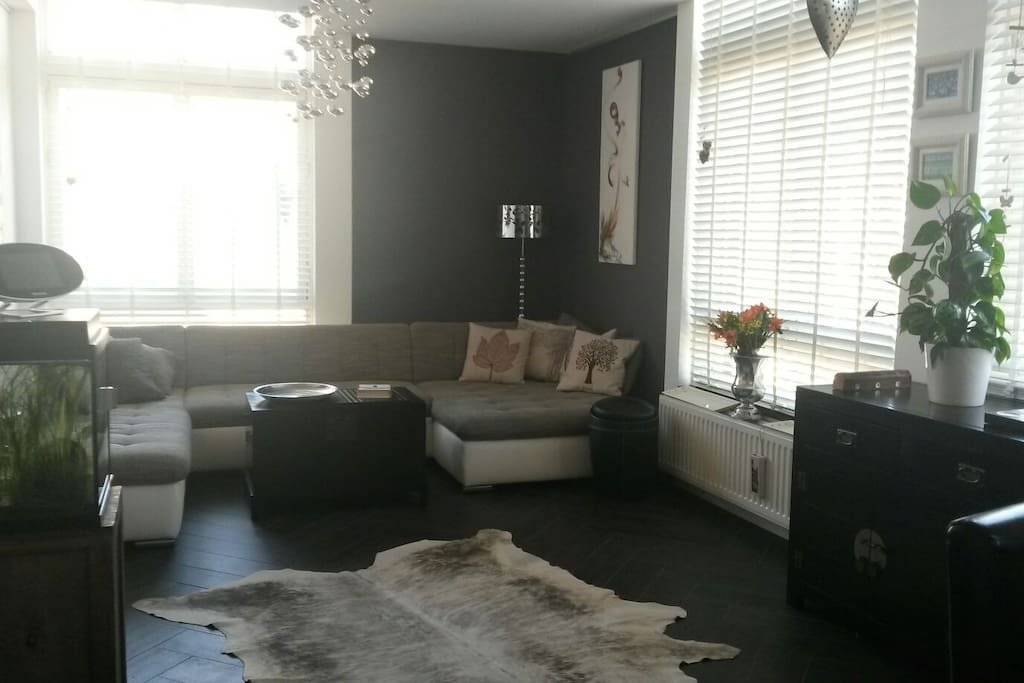 Spacious living room with a view to the Elandsgracht. Great lounge sofa!