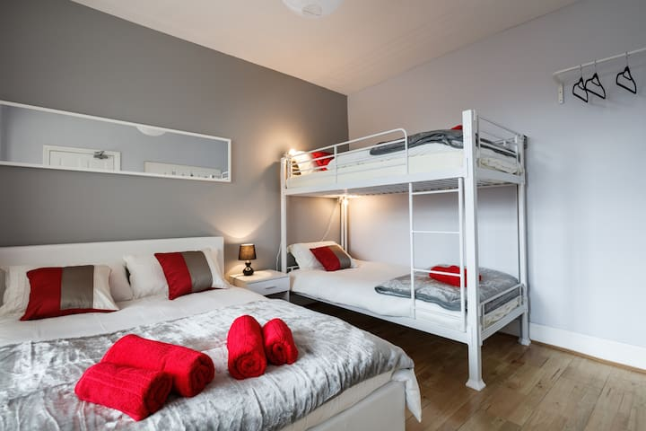 Beautiful New Room in Great Area - Stretford - Bed & Breakfast