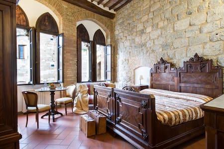 Rooms Tortoli, piazza a S Gimignano - San Gimignano