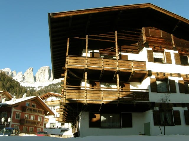 Césa Ziria Spacious and bright Apartment with WiFi - Campitello di Fassa - Leilighet