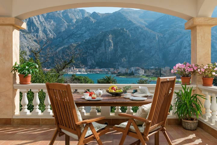 Villa Splendour with Sea&Old Town View and pool