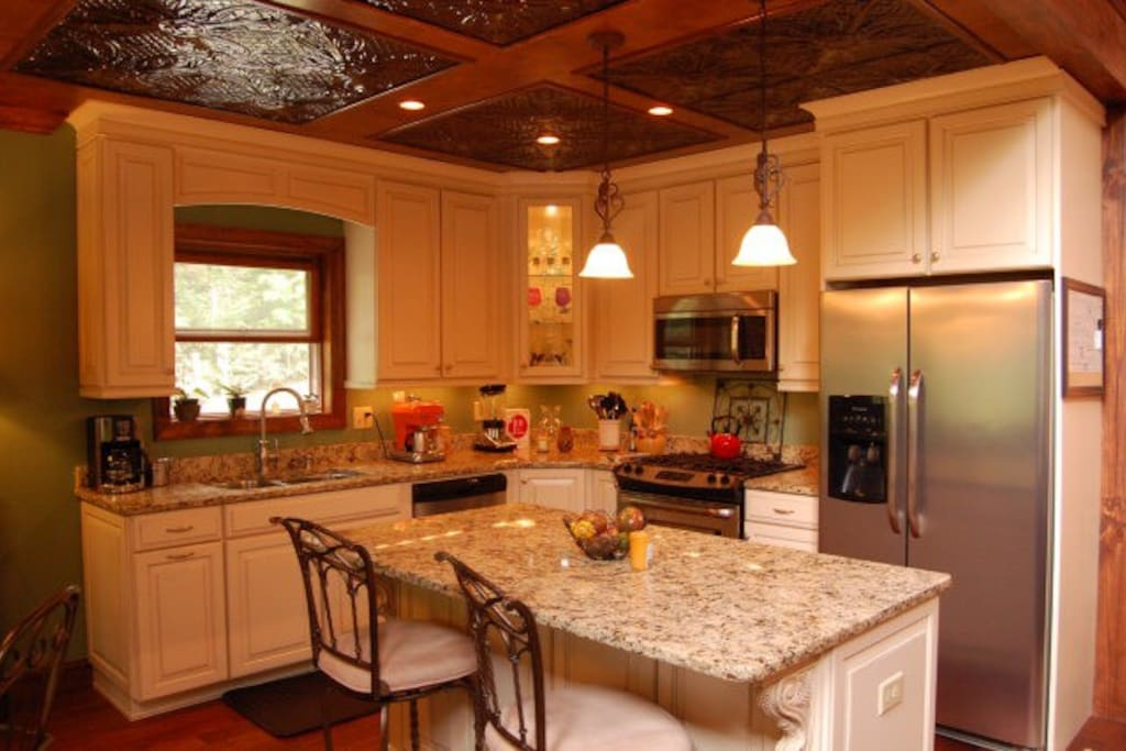 Tin style ceiling, granite counters, stunning kitchen!