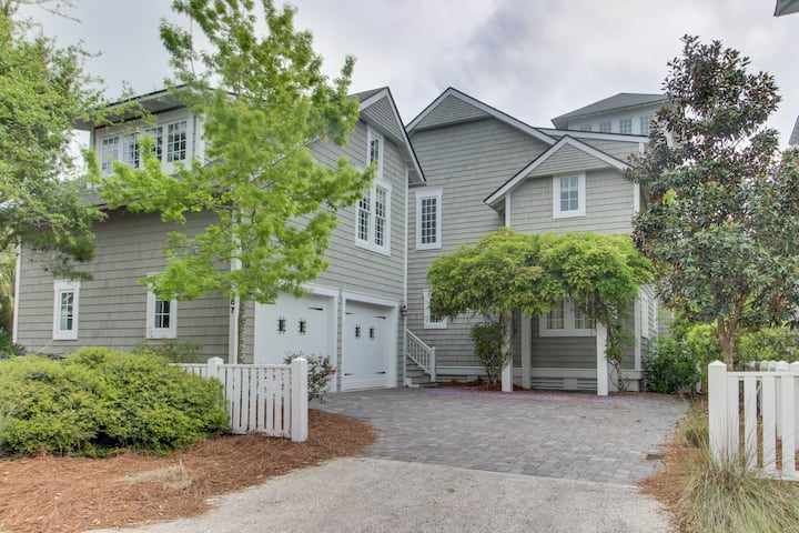 Lovely carriage house w/ shared pools & beach access!