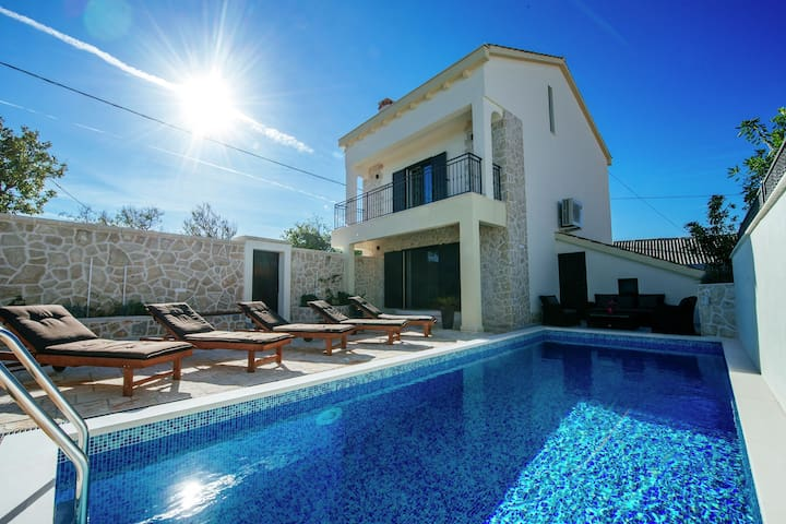 Stunning Villa with Swimming Pool in Vinjerac
