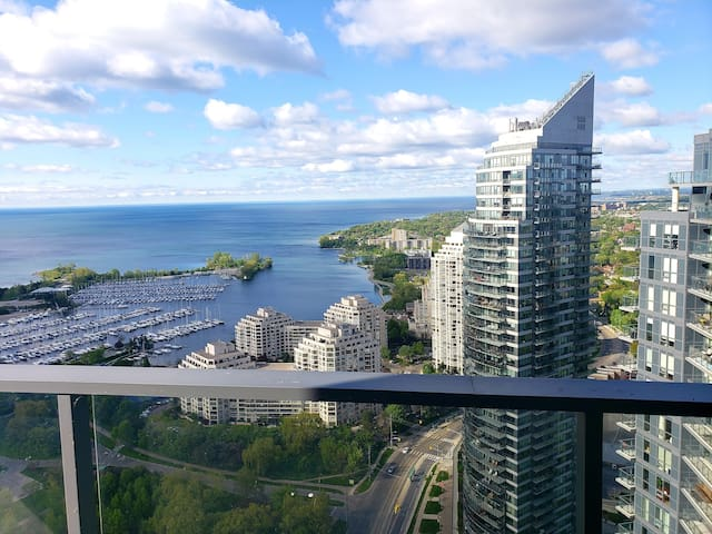 360° Panoramic Lakeside View 2Br Condo