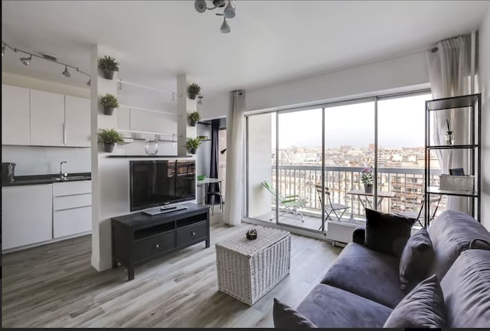 Studio with balcony and view in Paris