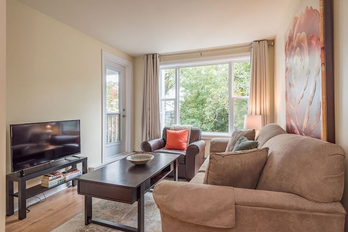 Quiet Condo in Downtown Halifax with Free Parking