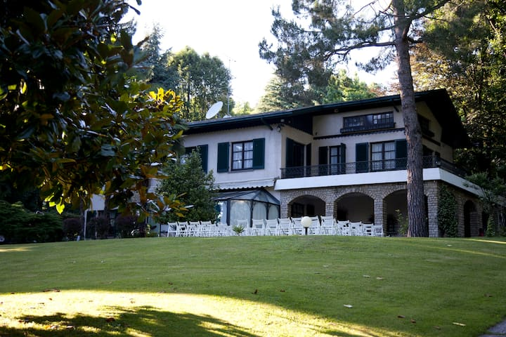 VILLA WITH PRIVATE PARK NEAR COMO LAKE AND MILANO - Sirtori - Huvila