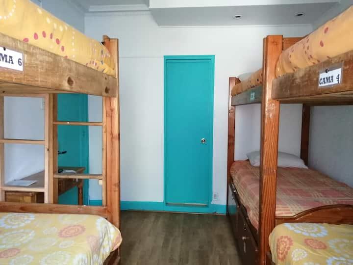 Dormitorio compartido con 6 camas y baño privado