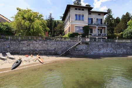 Lakefront villa in village centre - Baveno