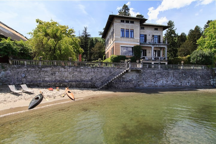 Lakefront villa in village centre!  Villa Beatrice