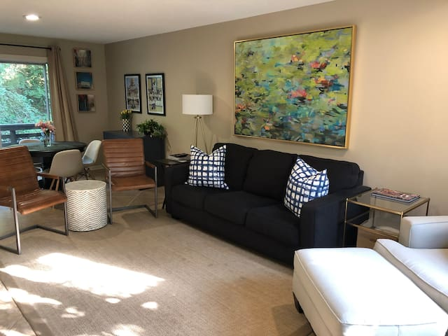 Great townhouse! Short walk to the Square!