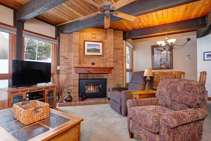 Comfy Home Perfect for Summer Fun, Relax In The Pool Or Hot Tub in Winter!