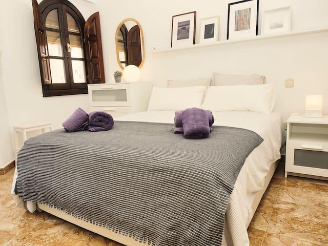 Descansa tras un día bien aprovechado en esta cama doble