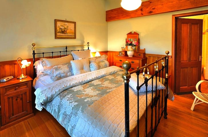 A Gracehill Accommodation Cottage Queen size Bedroom