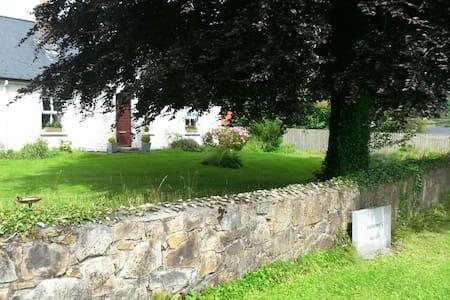 3-bed Grannys Cottage, 7 mins to Kilronan Castle