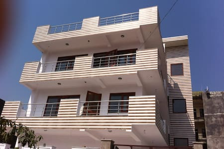 Good house with good location - Noida  - Hus