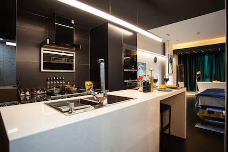 一抹蓝|万达广场|大浴缸|开放式厨房|中岛台|餐具锅具调料齐全|自助入住