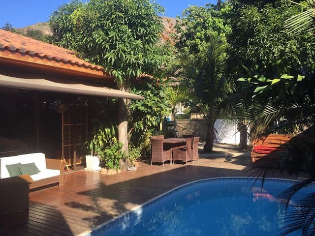 Itacoatiara :: Casa com piscina & amplo jardim