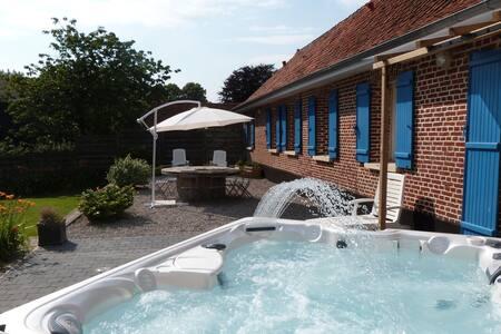 Charmante maison de vacances avec jacuzzi à Mouriez