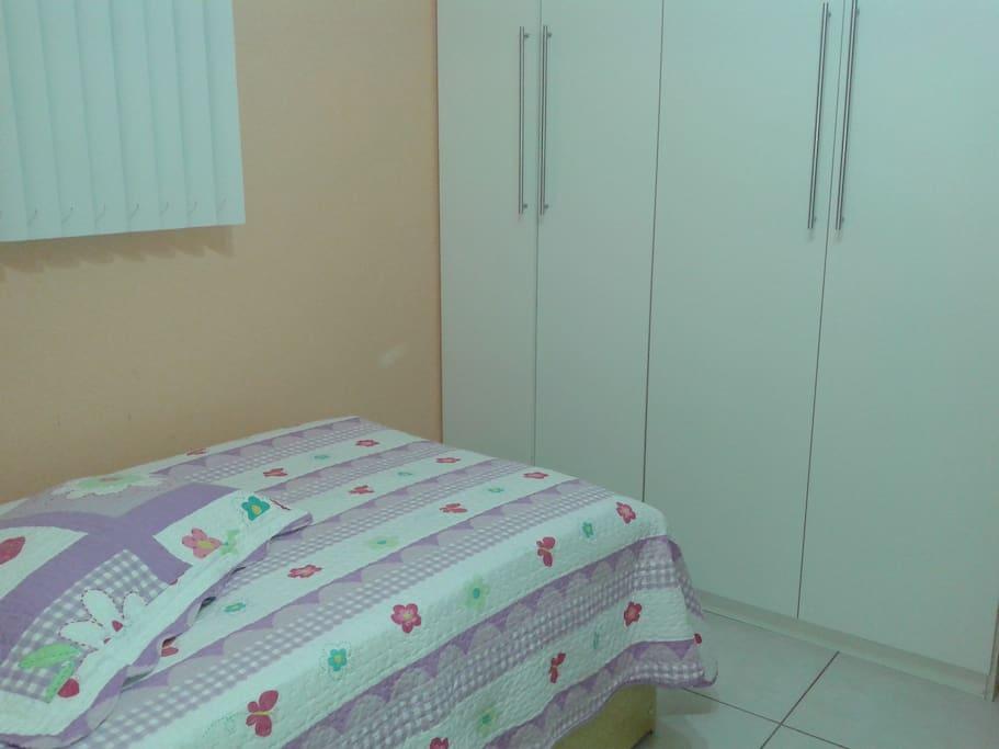 Cama e armário disponível