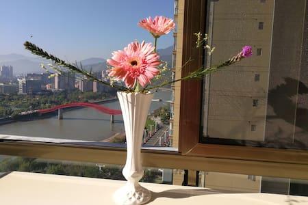 依水轩,临江花园房,无敌河景,站在阳台观赏美景,二室一厅85㎡,餐厨齐全,面朝大河,冬暖花开1705