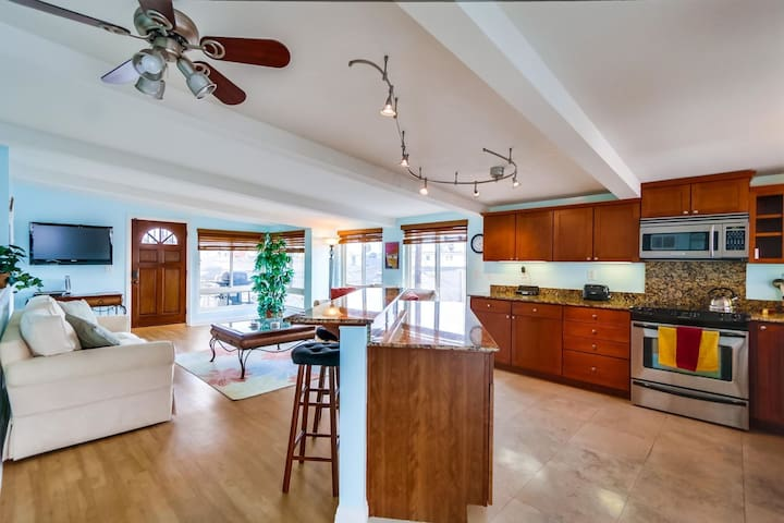 Mission Beach Haven - Right on Mission Blvd - 1/2 block to beach & bay!