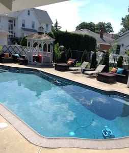 Quiet Suburb House 15 min from NYC - inground pool - Lyndhurst - Casa