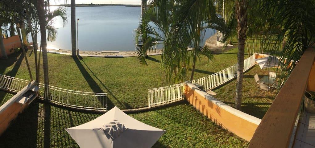 La casa tiene su jardín con asador privado además de los jardines y asadores comunes, justo a 10 metros de la Laguna del Chairel.